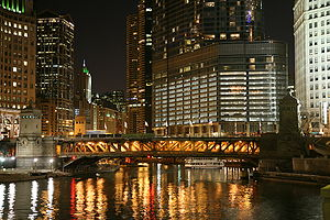 300px-Chicago_River_night_3
