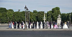 Français : Une colonne de jeunes mariés attend...